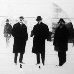 A rejtélyes bombamerénylet ügyében dr. Zombory Jenő főügyész (1) és Lohr Péter tüzérszázados, fegyverszakértő (2) helyszíni szemlét tart