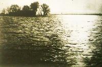 Alkony... Az elöntött földek fölött a végtelenbe olvadt a tengernyi víz.