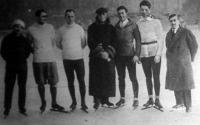 A Budapesti Korcsolyázó Egylet 1000 méteres versenyének helyezettjei Felks, Hautzinger, Levitzky, Seifert tréner, Déván, Kauser, Shick amateurtréner
