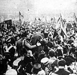 A kép közepén a díszegyenruhás Mussolini