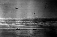 Hadihajók a tengeren, repülőgépek a felhők közt