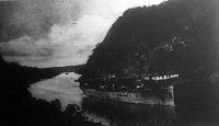 Repülőgépeket szállító futárhajó a Panama-csatornán