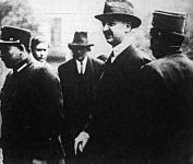 Windischgraetz Lajos őrei között a Rókus-kórházba érkezik Hir György kihallgatására