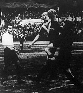 Jelenet az FTC-Szegedi AK elődöntőről - Szűcs a szegediek kapusa, Sándor fejéről veszi le a labdát