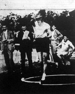 Darányi József 1408 cm-es súlydobása a MAC versenyén