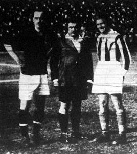 Helyválasztás előtt Schlosser, Mauro bíró és Kada, a cseh kapitány