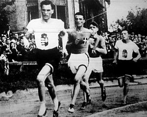 Az 1500 méteres síkfutásban az olaszok diadalmaskodtak. A képen sorrendben Villányi, Caraventa, Pecalli, Belloni Gyula