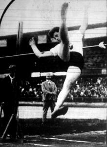 Késmárky László 186 cm-es egyéni rekorddal győz a magasugrásban