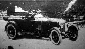 Delmár Walter, a verseny abszolút győztese az egyik hajtű-kanyarban