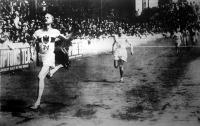 Peltzer dr. világrekord alatt győz a félmérföldes angol bajnokságban