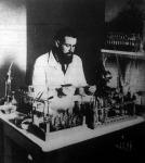 Dr Ramon baktériummérgekkel kísérletezik