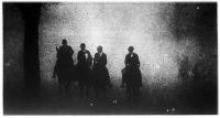 A lósport hívei mint imbolygó árnyképek suhannak tova a ködbe borult Hyde-park néptelen útjain.
