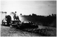 Cormick-traktor tárcsás boronával