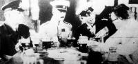 Lipót főherceg Hollywoodban vendégeket fogad. Balról Jobbra: Lauterbach kapitány, az Emden csatahajó volt parancsnoka, Lipót főherceg, Luckner gróf és John Ford filmigazgató