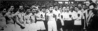 A vezetőség üdvözli a jugoszláv csapatot