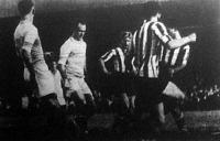 Orth keresztültör a Beogradski SK védelmén és gólt lő. (Hungária-Beogradski SK 4-0)