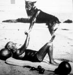 Rin-Tin-Tin,a népszerű filmkutya kétheti szabadságát tölti gazdája társaságában, a californiai tengerparton