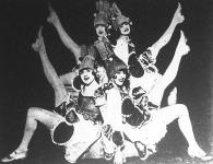 A híres Victoria-görlök egy jelenete, amelyet a londoni Colisseum színházban, az angol királyi pár előtt mutattak be