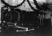 A tapolcai vasutasok mohából és fenyőágból csinálták ezt a mozdonyt a vasutas bálra.