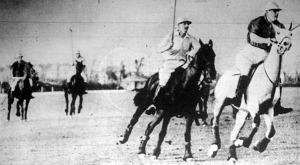 Jelenet a vörösek és kékek lovaspóló mérkőzéséről