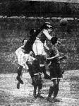 Amsell kiöklözi Auer feje felől a labdát (Ferencváros-Újpest)