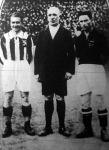 Sorsolás előtt. Kada a cseh csapat kapitánya, Van Praag (Belgium), a mérkőzés bírája és Fogl III. a magyar kapitány