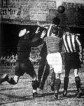 Korner a jugoszláv kapu ellen. Balról Gligorievics, Popovics, Szedlacsek és Mitrovics