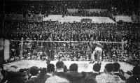 A hatalmas közönség figyeli a magyar győzelemmel végződött Balázs (balról) - Fraberger meccset