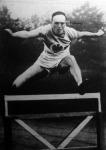 Dr. Peltzer Ottó a kiváló német atléta a gát fölött