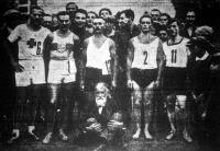 A maratoni bajnokság győztesei Lovass Antal, Halla Károly, Gyetvai István, Zelenka József, Galambos József (a győztes), elöl Ripszám bácsi