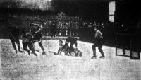 Jelenet a BKE-Wiener AC jéghokki mérkőzésről. Világos trikóban a magyarok Weiner Béla, Minder Sándor és Farkas Mátyás