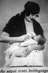 Az anya szoptatja gyermekét