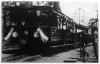 A svábhegyi villamosított fogaskerekű vasút fellobogózott első járata.