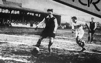 A befutó Bokor elől az osztrák hátvéd hátraadja a labdát
