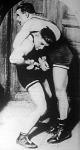 Tunyoghy, magyar bajnok (jobbra) és Hamper, a nürnbergi birkózó küzdelme