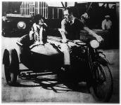 Oldalkocsis motorkerékpár (utasai: Dorothy Mackalli és William Beaudine rendező)