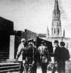G. B. Shaw megnézi a Lenin mauzoleumot