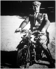 Mussolini vaskézzel tartja a kormányt. Legújabb sportszenvedélye a motor.
