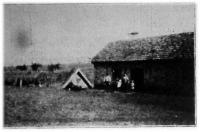 Mudris Béla 30 holdas felsőiregi telepes háza. Oldalt a földkunyhó, melyben ideiglenesen laktak.