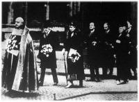 György angol király az ősi tradícióhoz híven minden esztendő nagycsütörtökjén személyesen oszt alamizsnát.