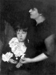 A gyermek Karinthy Gábor édesanyjával, Judik Etellel