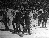 Rendőrök viszik ki a rendbontó kommunista fiatalokat a szocialista ünnepélyről