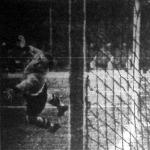 A szezon első gólja a Nemzeti kapujában. Gallina hiába veti magát Toldi lövése után.