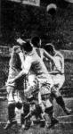 az osztrák kapus, Horeschowski elboxolja a labdát a magyar csatárok elől a Hungaria-Vienna mérkőzésen