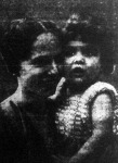 A berlini Lindbergh béby mamájával