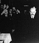 Hindenburg elnök elhagyja a szavazóhelyiséget