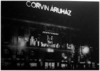 A Corvin Áruház homlokzatdísze az edényvásár alkalmából