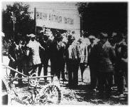 Mayer földmívelési miniszter megtekinti a Fordson-traktort (1926)