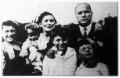 Az ötvenéves Mussolini családja körében.