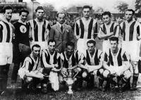 A Ferencváros 1933-as kupagyőztes csapata Lyka, Háda, Turay, Blum (edző), Toldi, Kohut, Papp, Táncos, Takács II., Sárosi, Lázár, Korányi